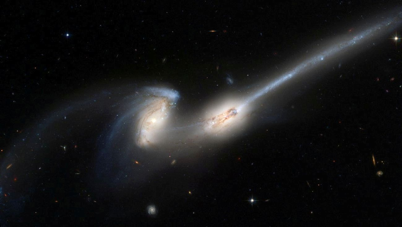 colliding galaxies leave a trail of stars (ngc 4676)